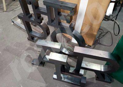 Oxidación de rótulo de letras de acero corten paso 1