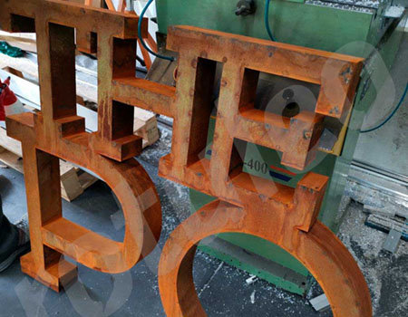 Oxidación de rótulo de letras de acero corten paso 3